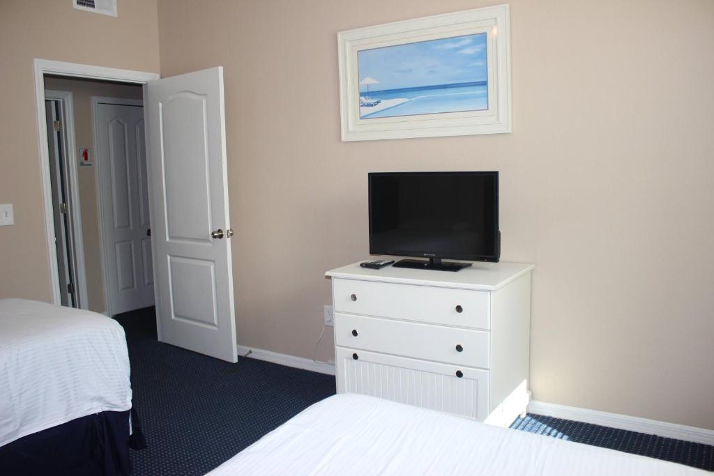 Budget Getaway - Runaway Beach Club - Amazing Relaxing 3 Beds 2 Baths Townhome - 3 Miles To Disney