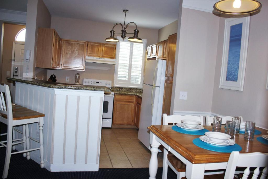 Modern Bargains - Runaway Beach Club - Welcome To Spacious 2 Beds 2 Baths Townhome - 3 Miles To Disney