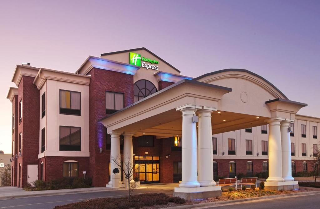 Holiday Inn Express & Suites Pine Bluff/Pines Mall, an IHG Hotel