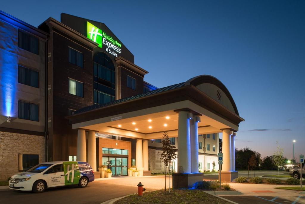 Holiday Inn Express & Suites Kansas City Airport, an IHG Hotel