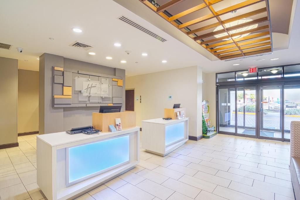Holiday Inn Express Hotel & Suites Tampa-USF-Busch Gardens, an IHG Hotel