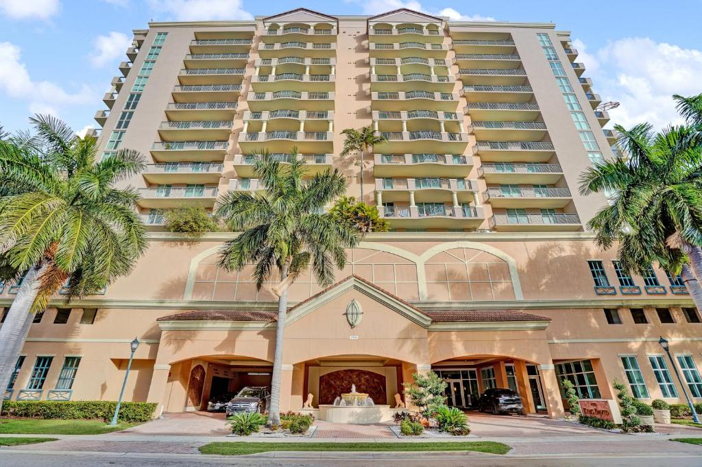 Luxury Condo with Pool and Free Parking in Sunny Isles