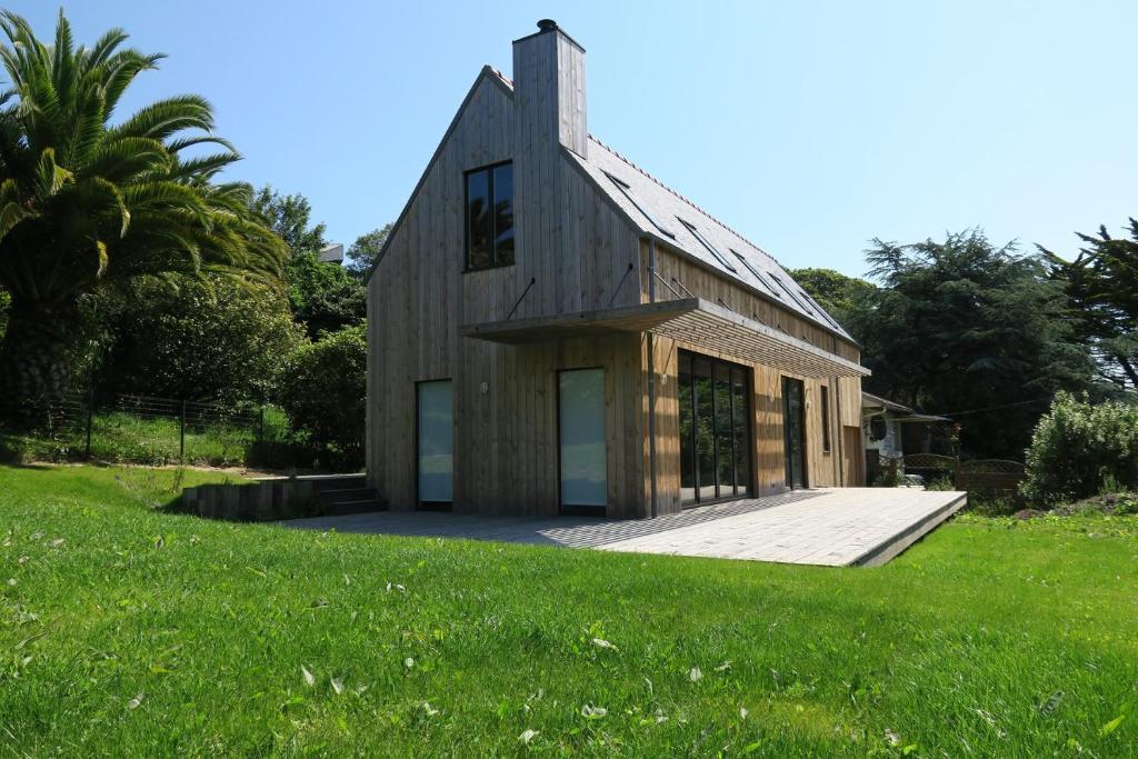 Villa neuve en bois, avec jardin et terrasse, au centre de PERROS-GUIREC
