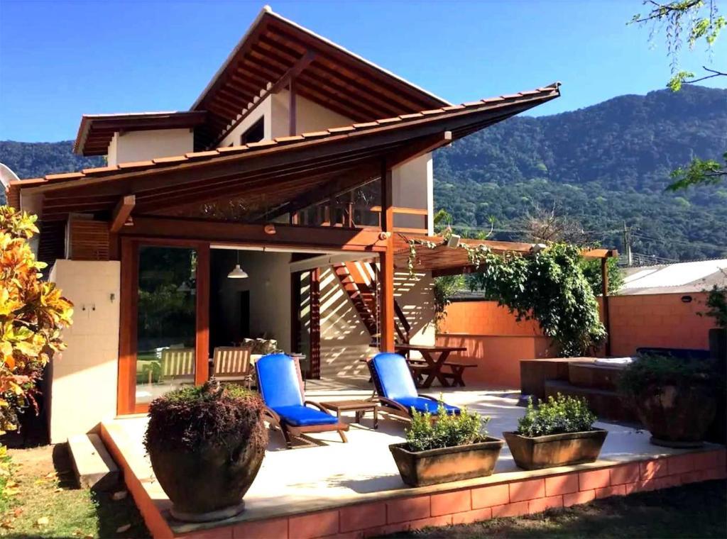 Casa moderna e funcional com jacuzzi em Guaecá