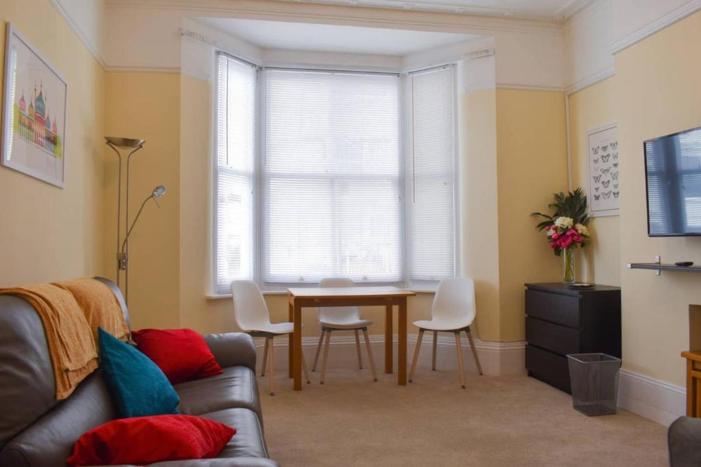 Bright City Centre Flat by the Sea
