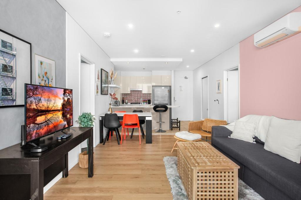 Central, Spacious and Bright Two-Bed Pad