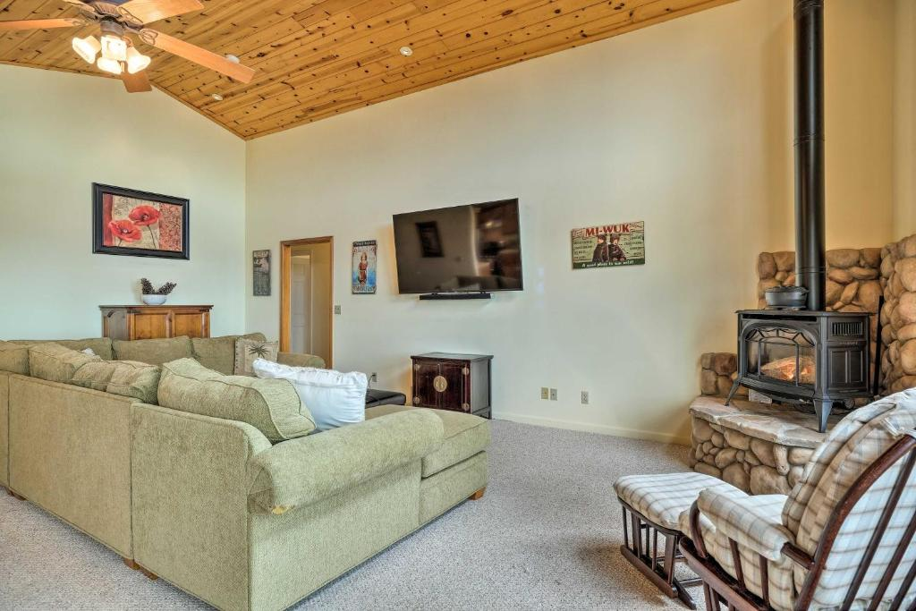 Pet-Friendly Mtn Home w/ Deck, 3 Mi to Hiking