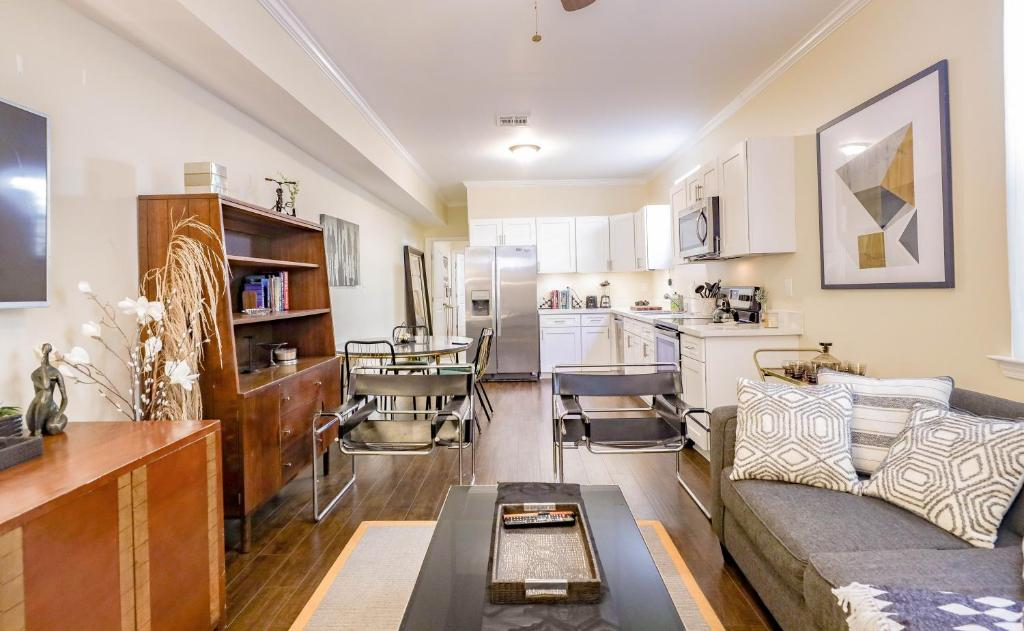 The Mono : 3 BR Luxe Suite with Sunny Backyard Terrace