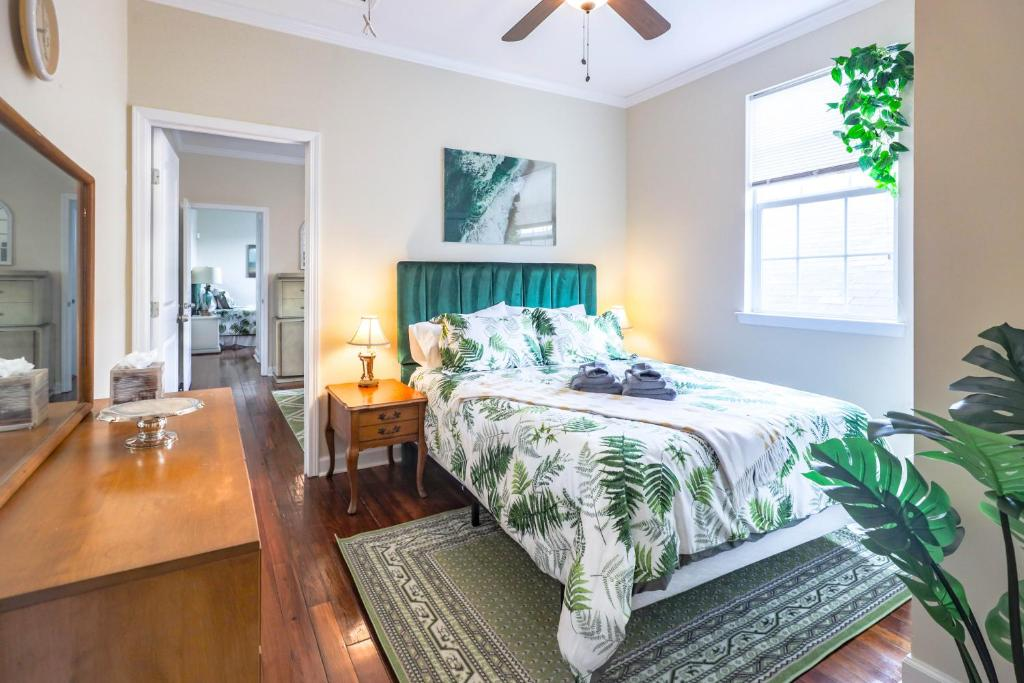 The Valentino : 3 BR Lush Green Getaway with Sunny Backyard Terrace