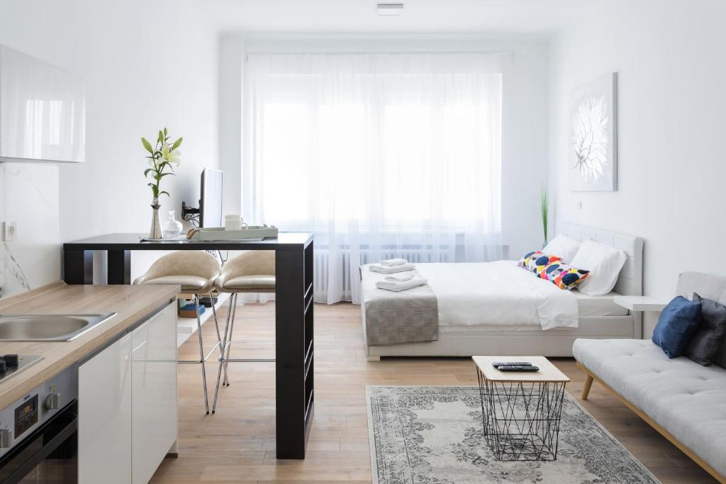 150sqm Main Square Apt!-4 Units-Great for Groups!