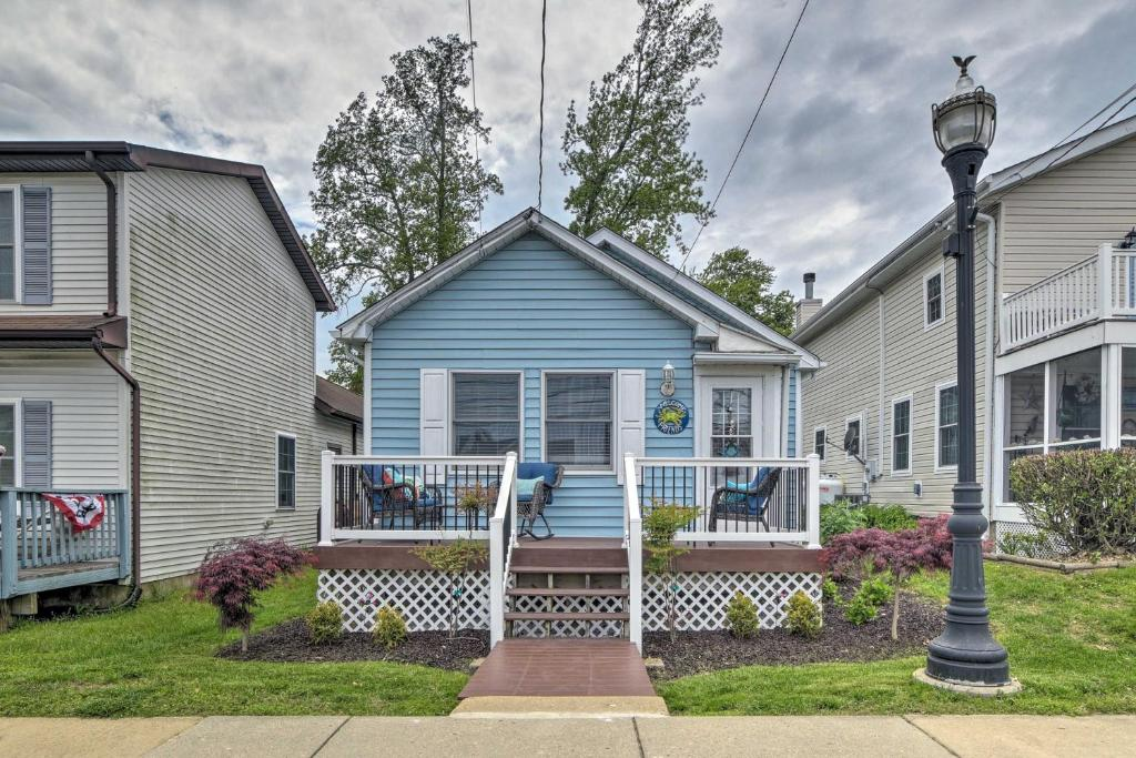 Coastal Pet-Friendly Cottage Less Than ½ Mi to Beaches