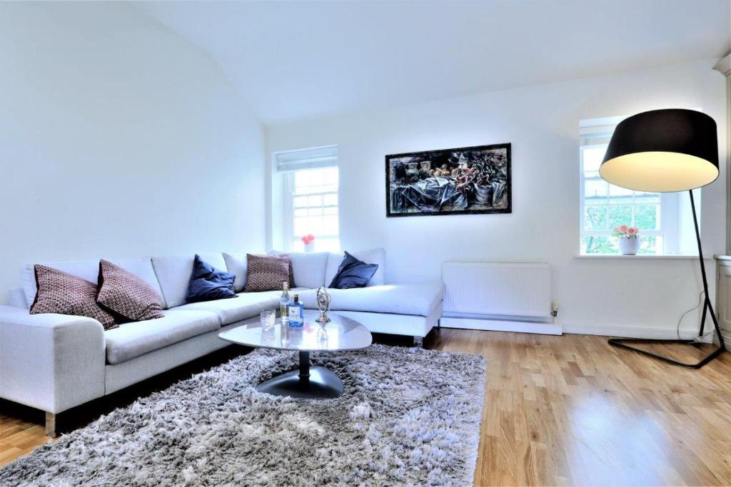 A Luxurious City Centre White Regency Townhouse with Terrace & Patio