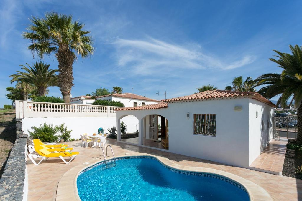 LUXURY SUNNY VILLA WITH BREATHTAKING VIEWS, FREE WIFI AND HEATED PRIVATE POOL