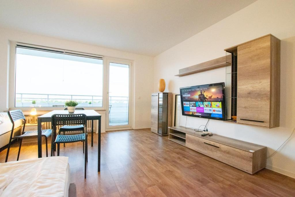 Tolstov-Hotels Large 2 Room Apartment with Balcony