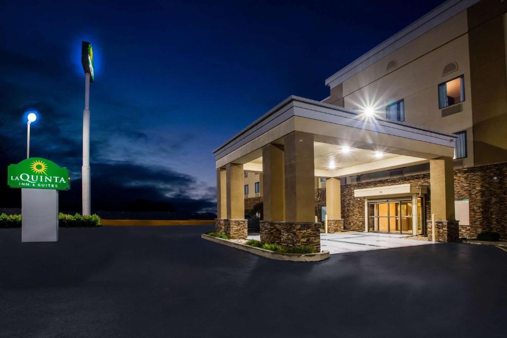 La Quinta Inn & Suits by Wyndham Pontoon Beach IL
