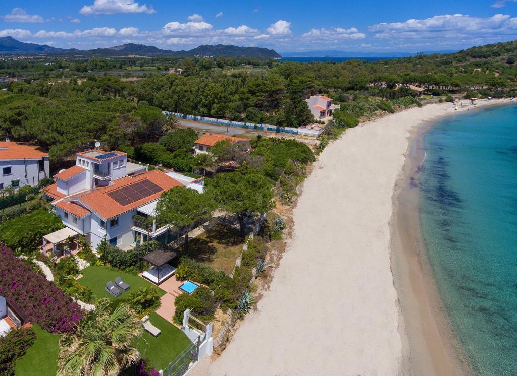 Lussuoso appartamento sulla spiaggia di Nora con jacuzzi e giardino image4