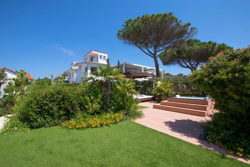 Lussuoso appartamento sulla spiaggia di Nora con jacuzzi e giardino image6