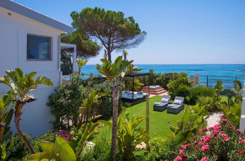 Lussuoso appartamento sulla spiaggia di Nora con jacuzzi e giardino image9