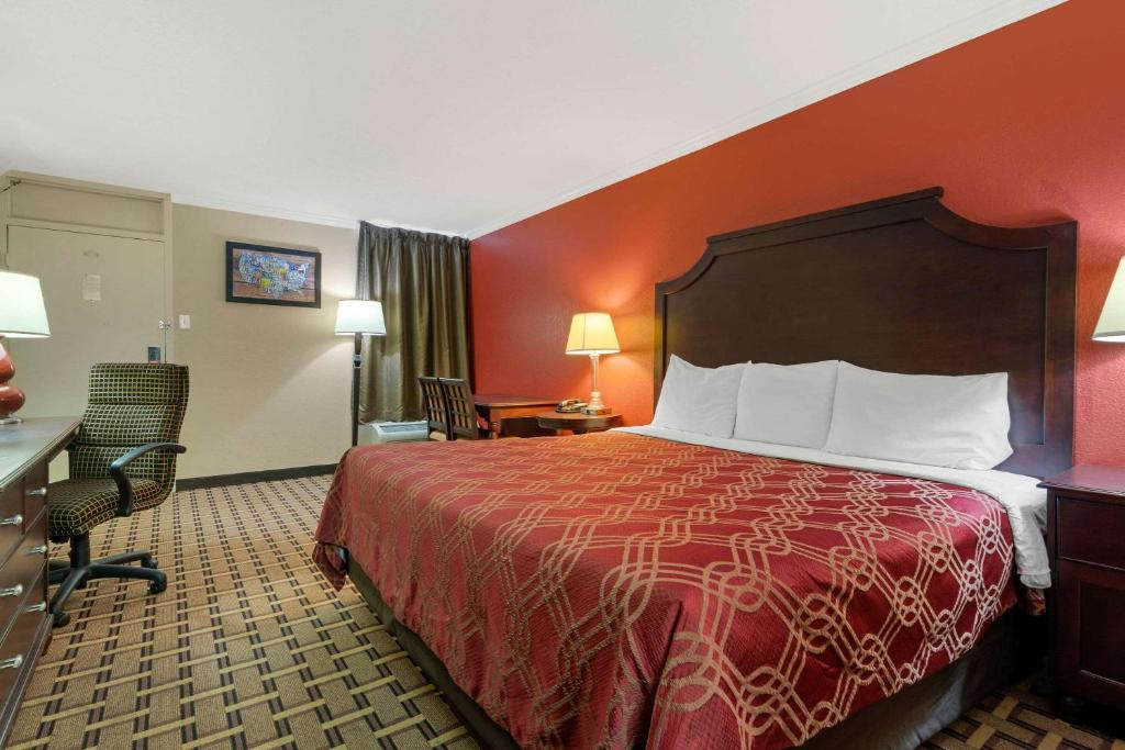 Econo Lodge Near Fort Stewart On site Restaurant and Bar, Extended stay rate Laundry facility, and Pool