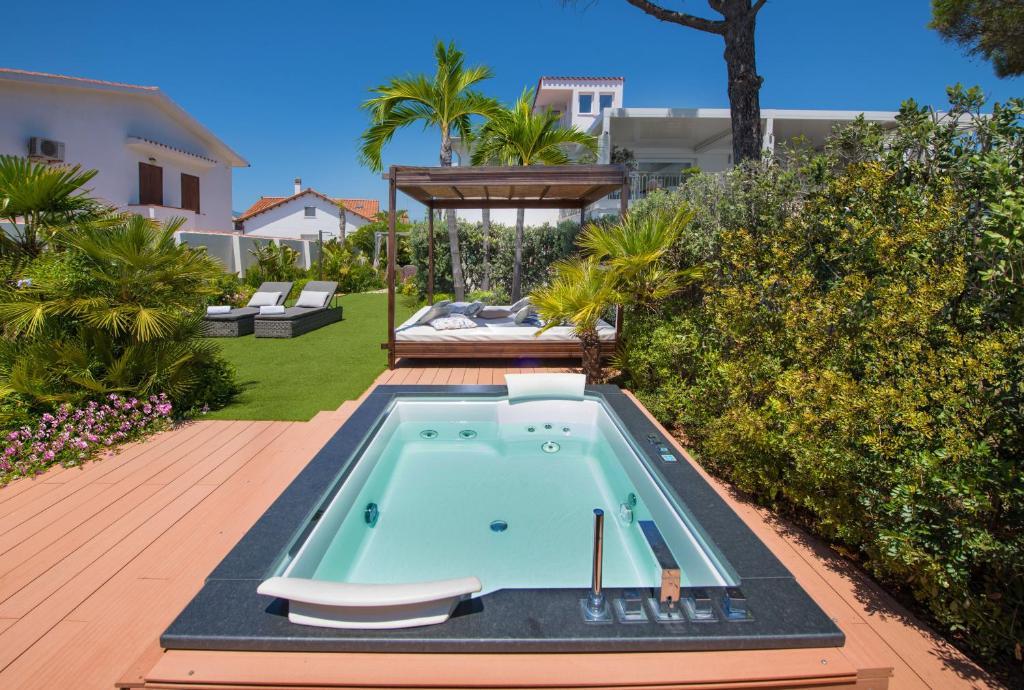 Lussuoso appartamento sulla spiaggia di Nora con jacuzzi e giardino image3