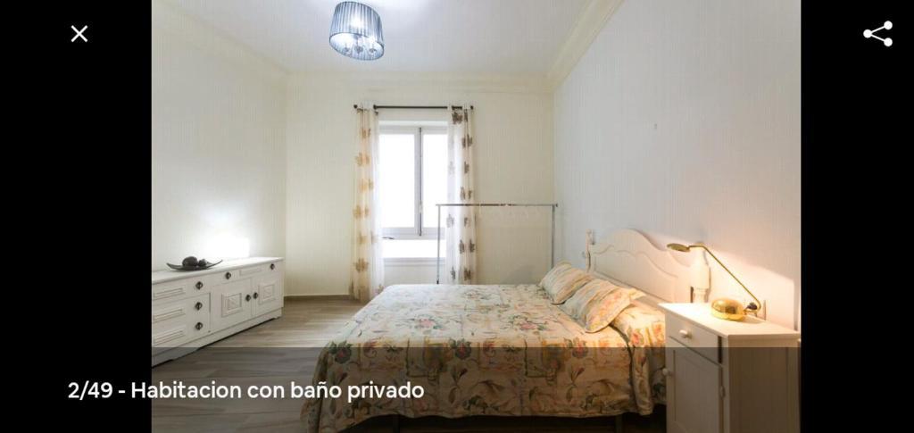 habitación muy amplia con baño privado en pleno centro de Alicante