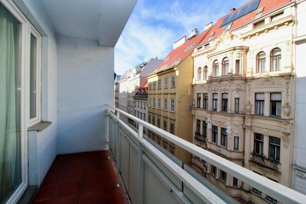 Balcony Apartment - Next to Opera