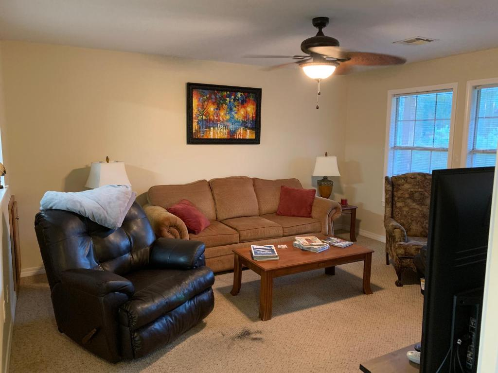 Waterfront 2BR1BA on Canal, Mins to Beach, Self Check-in, Free WiFi, Free Canoe
