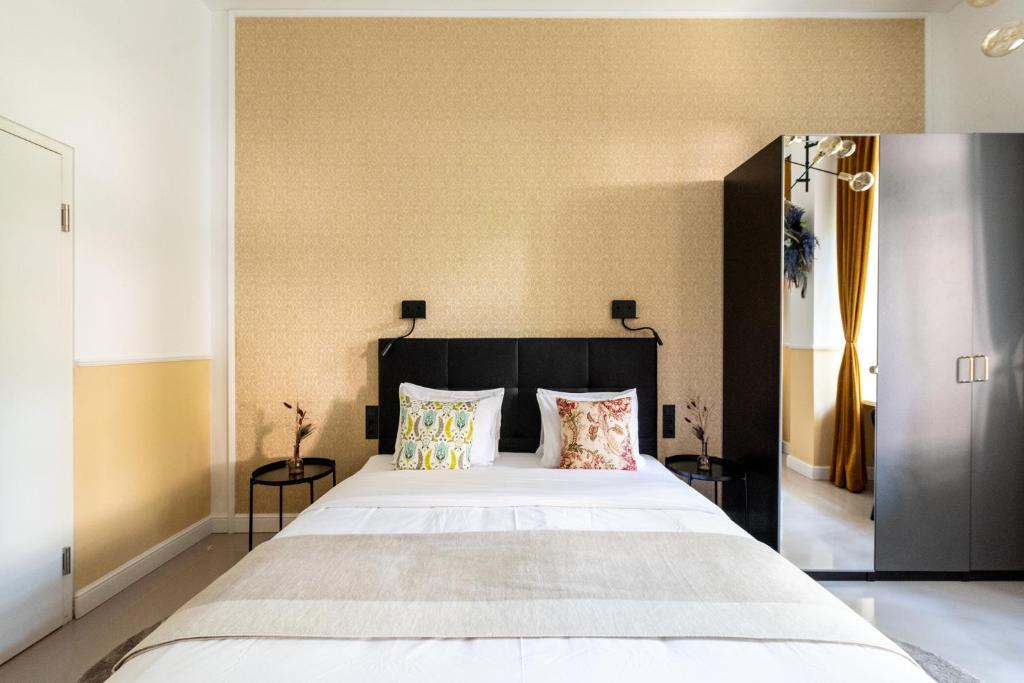 Feel the City Life from the Gustav Klimt Studio