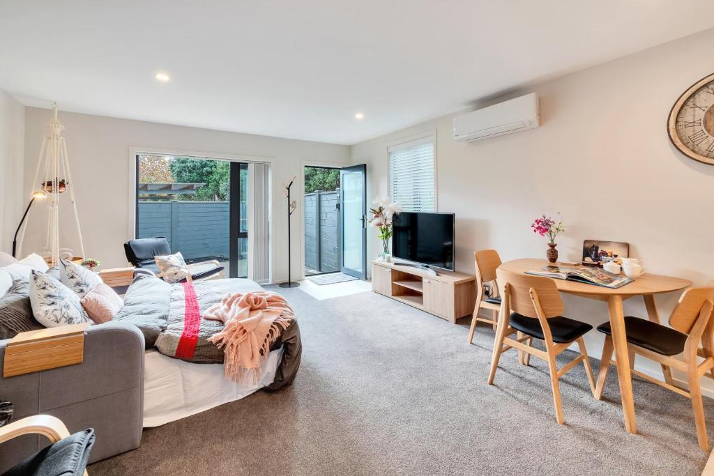 Sleeps 6 - Deluxe Apartment w 2 Carparks & Heating