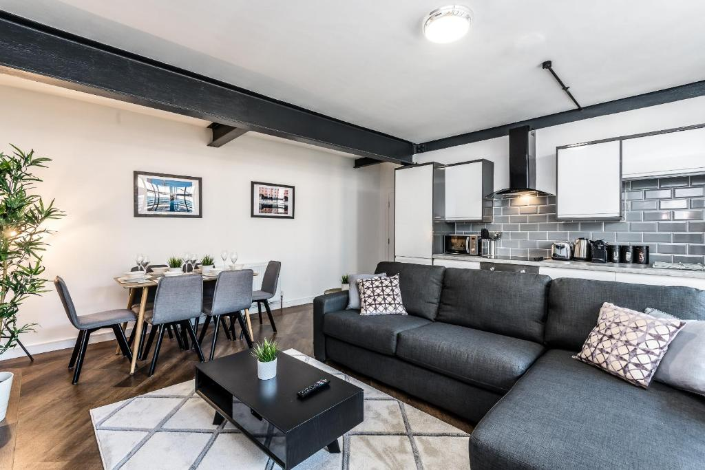 Manhattan Style Apartment with Balcony, Sleeps 10 ...