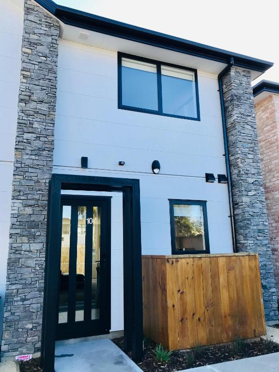 New Townhouse 5 min from central CHCH including bikes to use