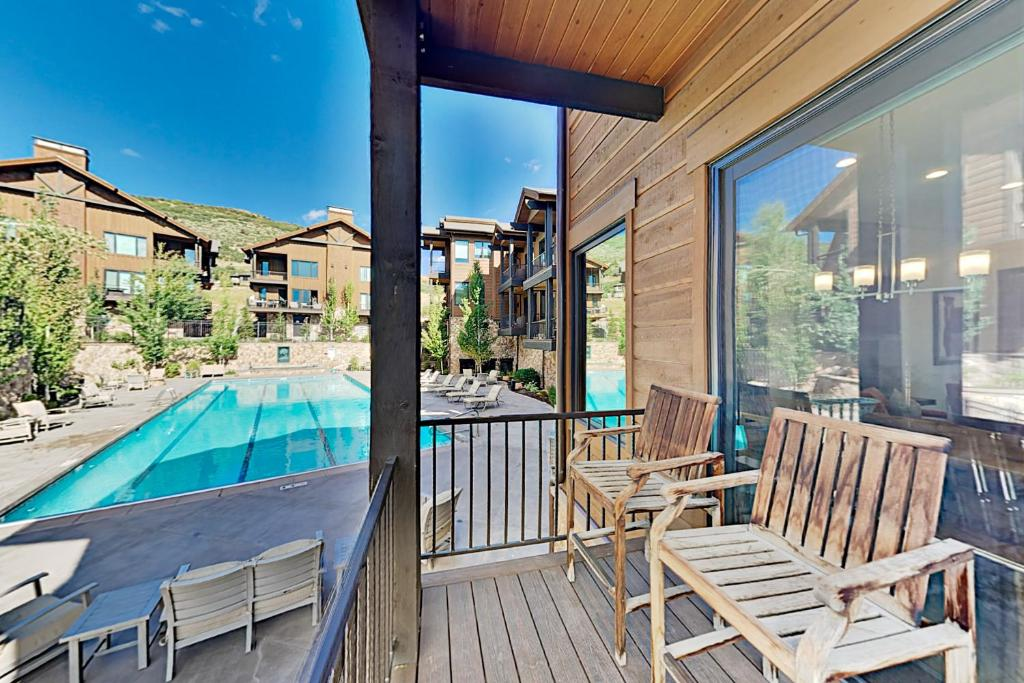 Steps to Gondola! Luxe Townhome with Olympic Pool townhouse