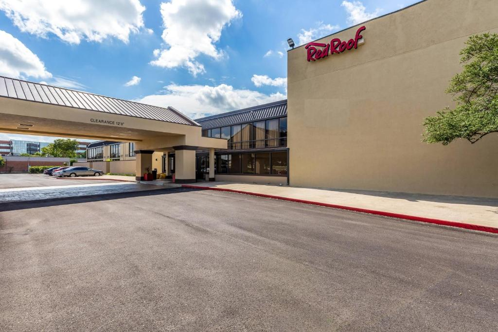 Red Roof Inn PLUS+ & Suites Houston – IAH Airport SW