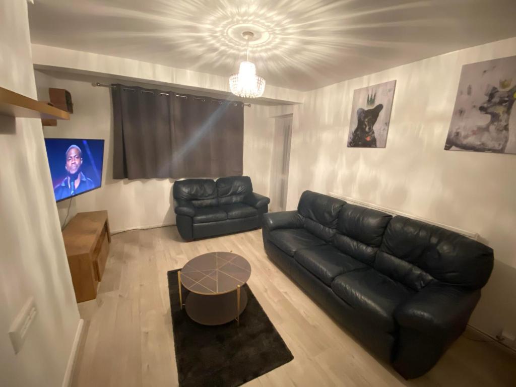 Luxurious 2 bedroom flat With Balcony London