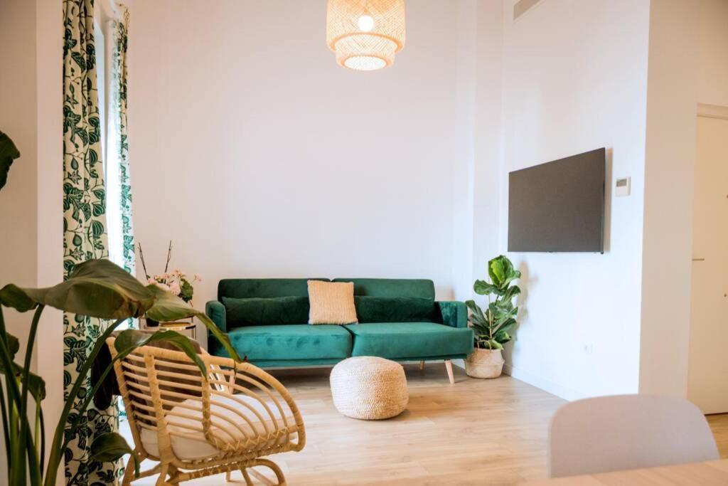 Fantastico apartamento recien renovado con piscina en la azotea, dos dormitorios y aparcamiento gratuito en la calle.