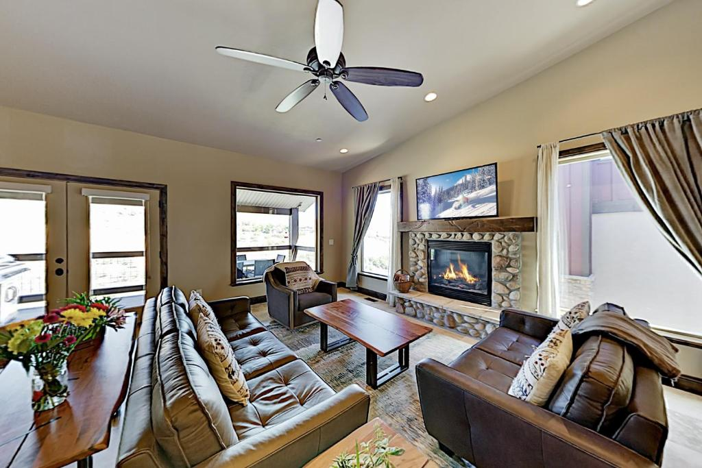All-Season Getaway - Private Hot Tub & Home Theater townhouse