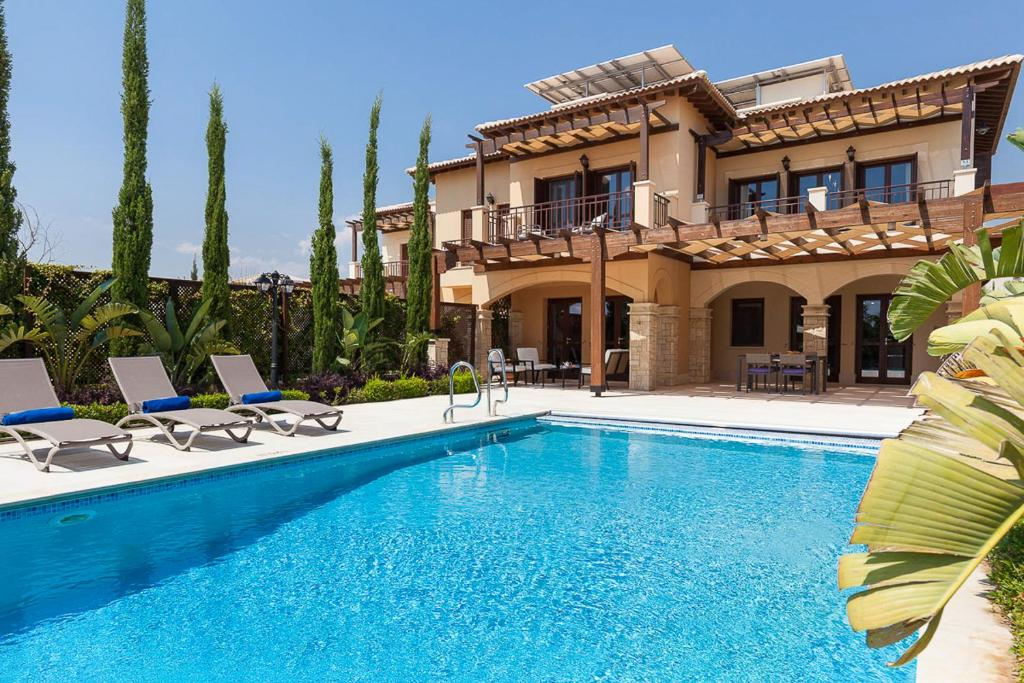 Villa in Kouklia Sleeps 4 includes Swimming pool and Air Con 9