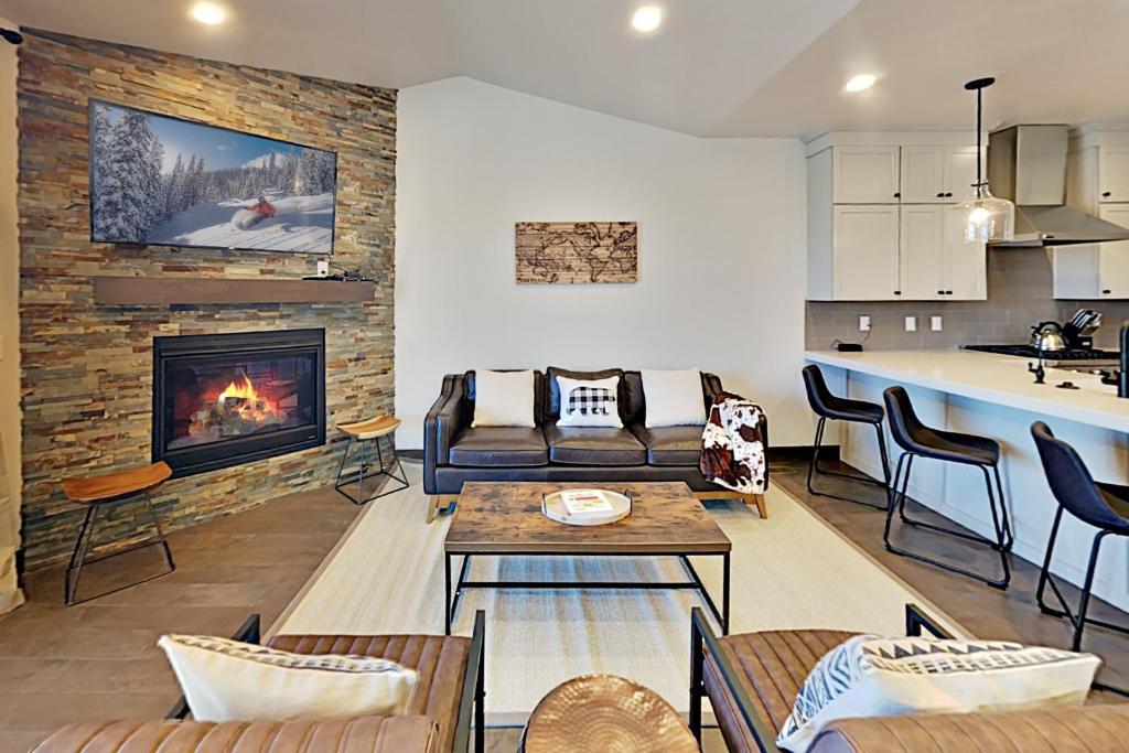 New Luxury Home in Black Rock Ridge, Near Slopes townhouse