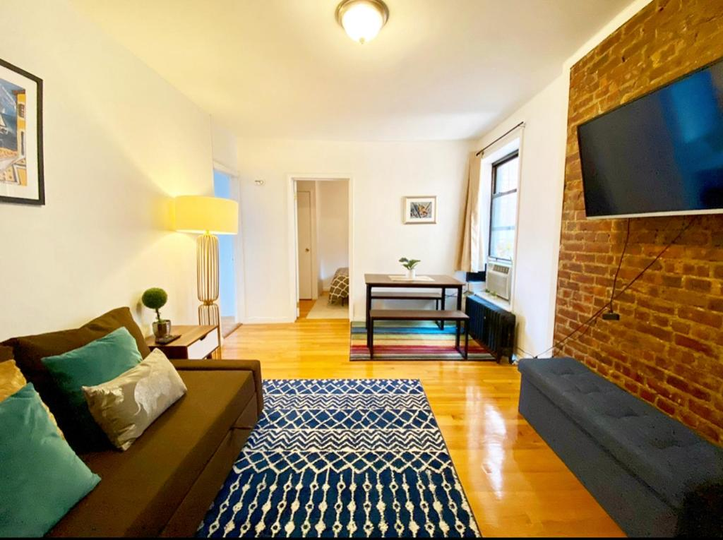 Spacious Entire 2 Bedroom in the Upper East Side - Walk to Central Park & Express Trains
