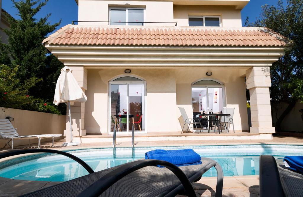 Blue Water Village, 2 Bedroom Villa with pool