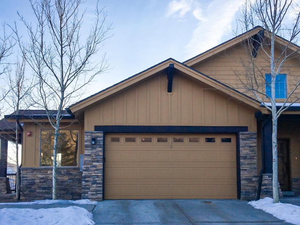 Black Rock Ridge - End Unit with Private Garage townhouse