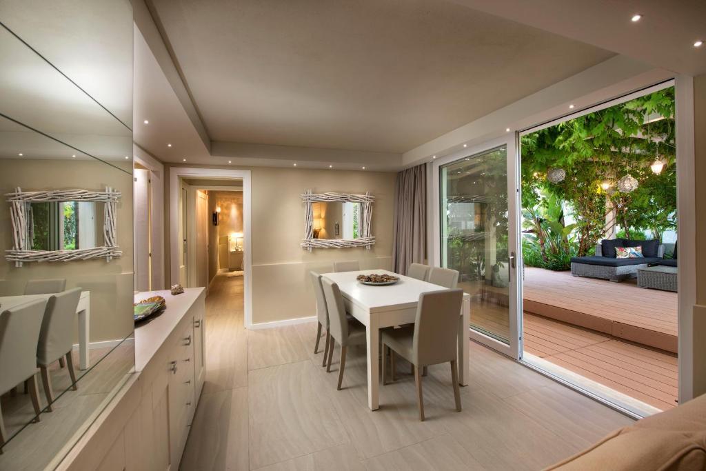 Lussuoso appartamento sulla spiaggia di Nora con jacuzzi e giardino image1