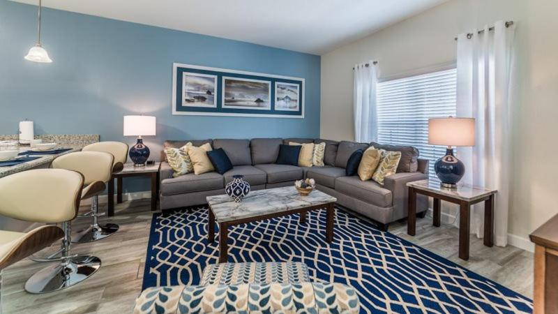 Beautiful and Modern 4 Bed 3 Bath TownHome in Storey Lake Resort