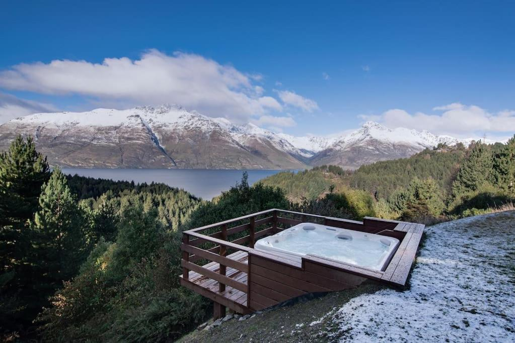 Southerly Lake Side Retreat,Private,Hot Tub and Views