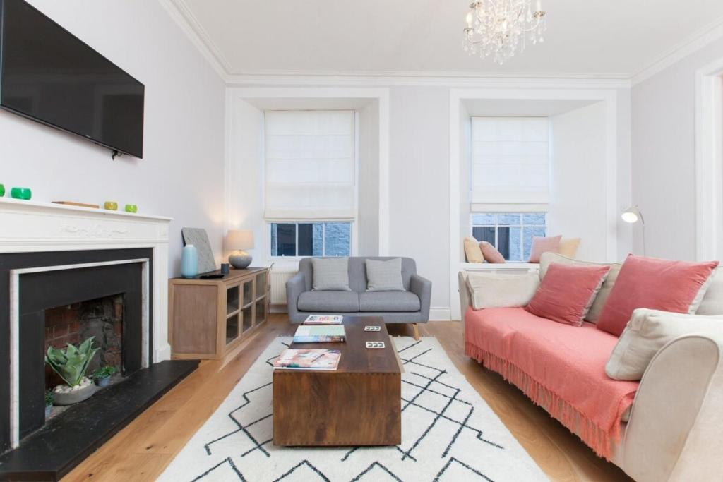 Beautifully Modernised New Town Home Sleeps 6