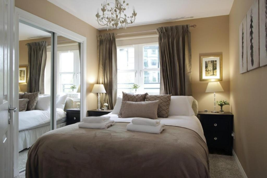 Beautiful Royal Mile apartment with parking!