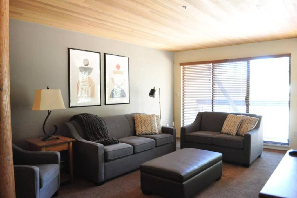 Large 2-Bedroom Whistler condo for up to 6 people w/ swimming pool & hot tub