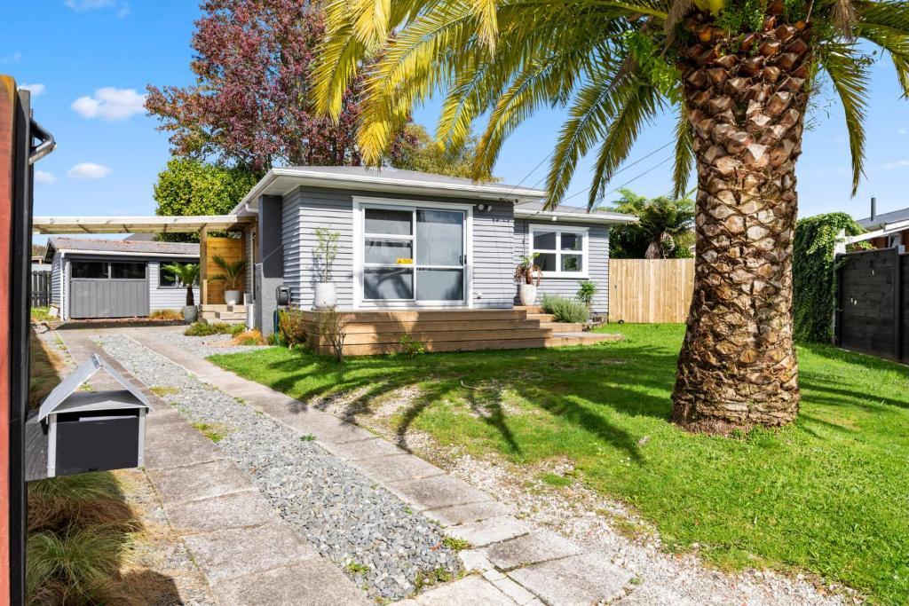 The Palm Retreat - Rotorua Holiday Home
