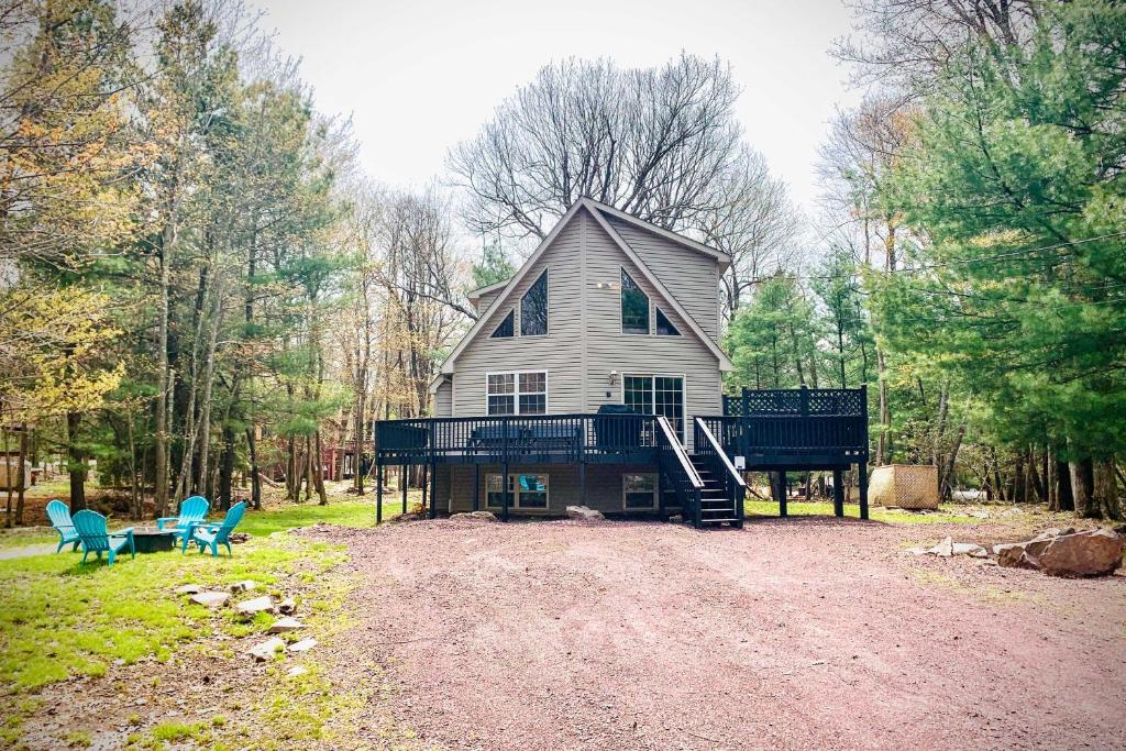 Secluded Getaway Game Room, Hot Tub, Walk to Lake