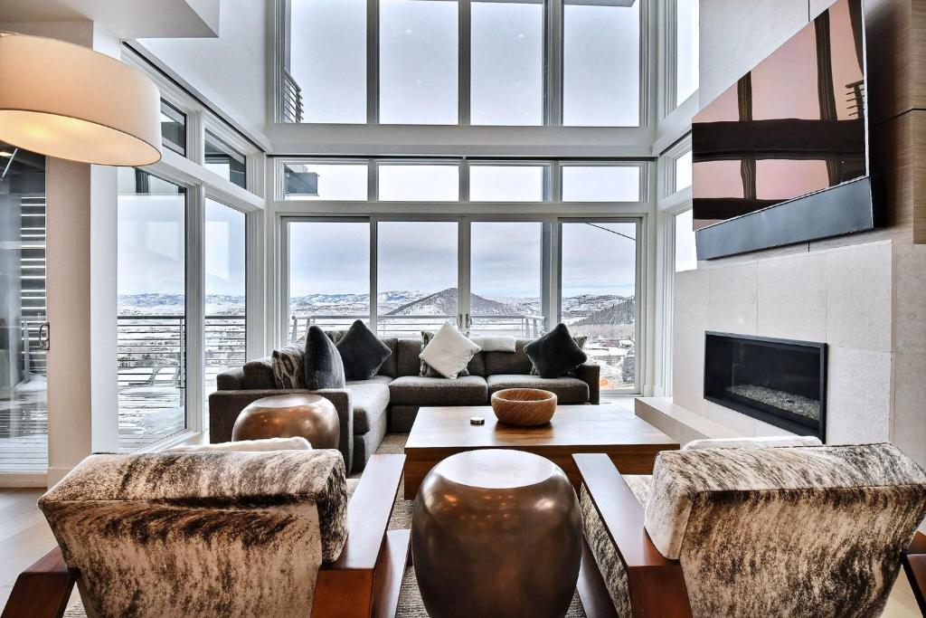 Right at Base of Slopes - Elegant 5 Bedroom Residence townhouse